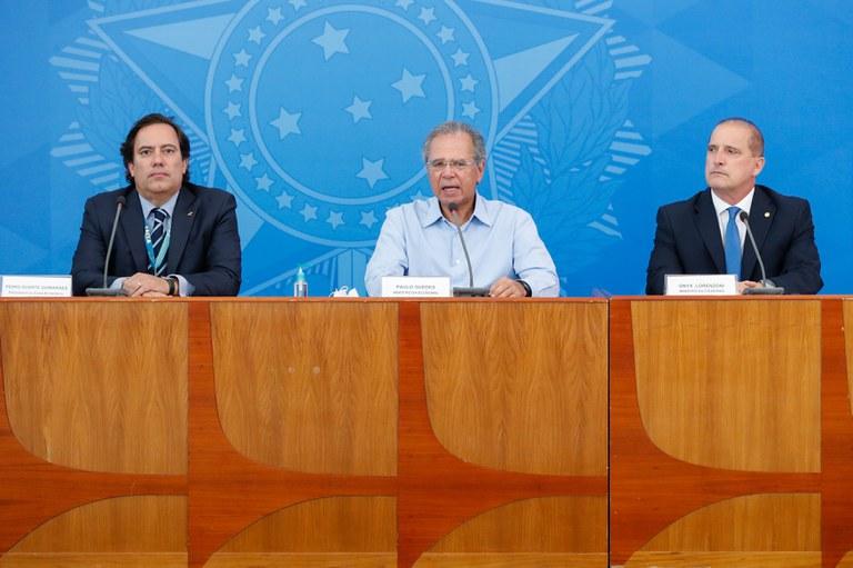 Coletiva de imprensa com o ministro da Cidadania, o ministro da Economia, e o presidente da Caixa Econômica Federal (Foto: Alan Santos/PR)
