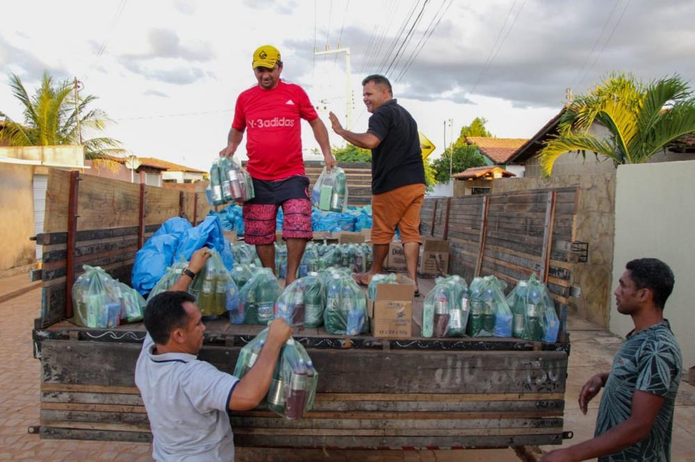 Prefeito Maninho distribui cestas básicas para famílias carentes de Coronel José Dias