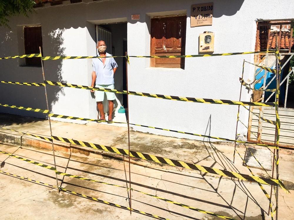 Família de idoso isola casa com fitas para evitar aglomeração: 'Povo gosta de sentar na minha calçada'