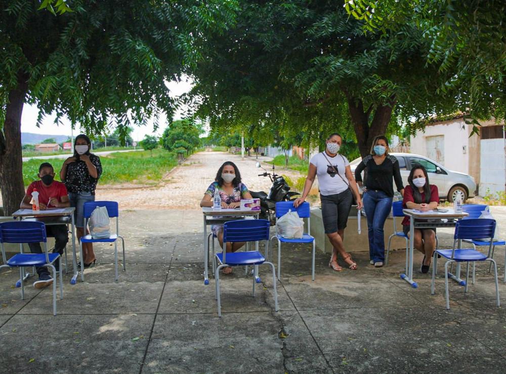 Prefeito Maninho distribui kits de merenda escolar para as famílias dos alunos em Coronel José Dias e anuncia início das atividades remotas da educação