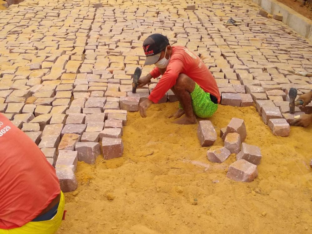 Prefeito Maninho realiza mais uma grande obra. São mais de 5.700m² de calçamento em fase de conclusão nas ruas da cidade (Imagem: Ascom)