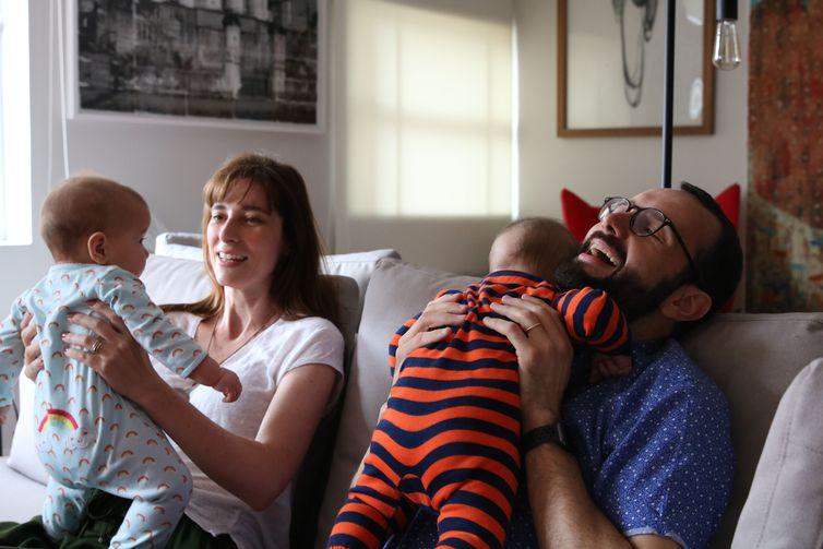 O casal Eduardo e Maria Lopes, pais de Cecília e Martin, beneficiou-se da licença paternidade de quatro meses - Rovena Rosa/Agência Brasil