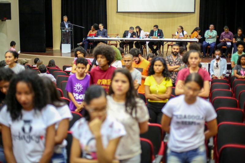 Estudantes ficam de costas durante discurso de Evandro Alberto, reitor em exercício Foto: Thiago Amaral/Alepi