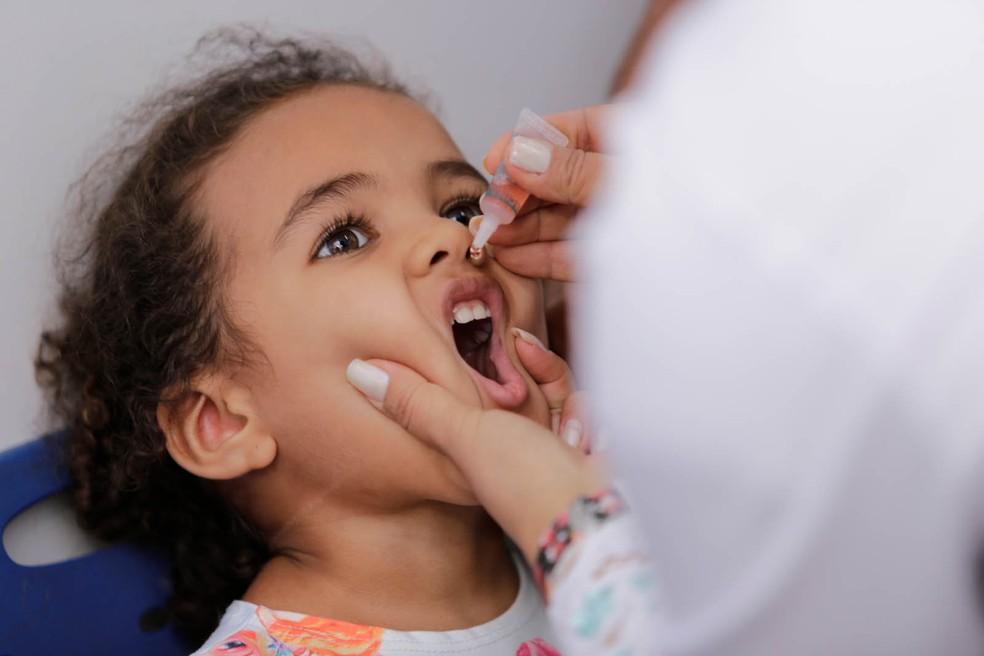 Criança recebe vacina contra a poliomielite. — Foto: Prefeitura de Palmas/Divulgação