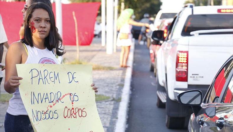 Manifestante exibe cartaz em faixa em ato contra a cultura do estupro em Teresina.